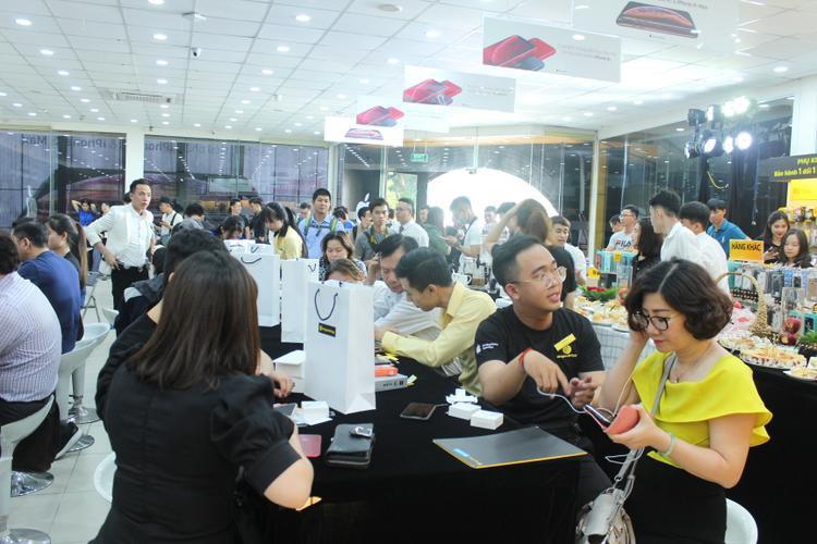 Không khí nhộn nhịp tại một điểm bán iPhone chính hãng sáng ngày 02/11.
