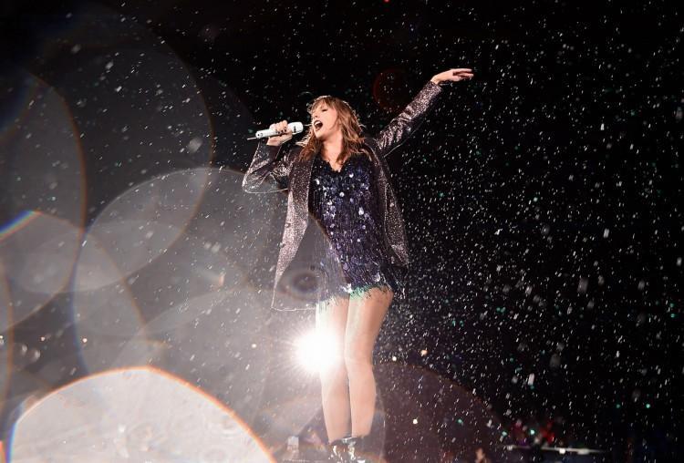 Hình ảnh Taylor Swift diễn dưới mưa tại New Jersey