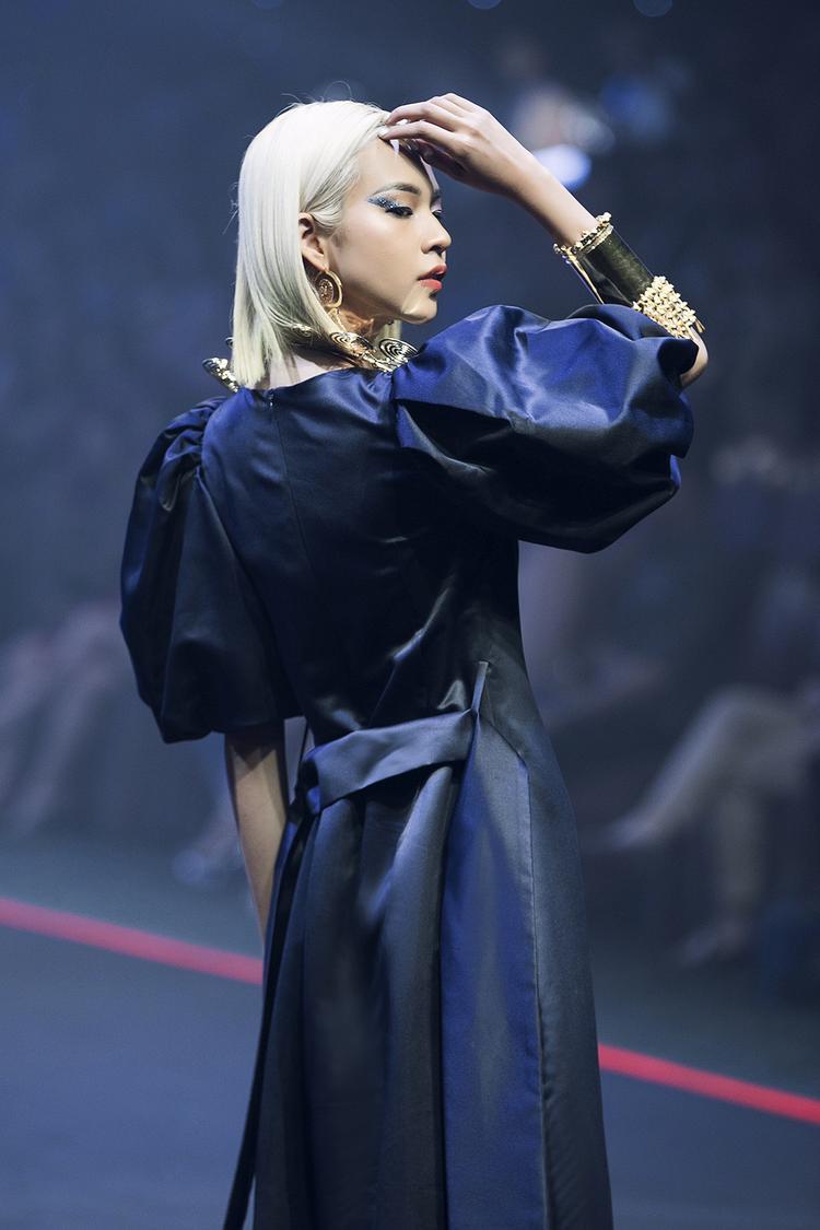 Mái tóc bạch kim cùng loạt phụ kiện ấn tượng khiến cô trở nên vô cùng nổi bật.