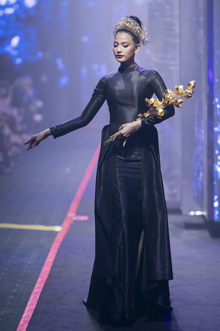Trương Thị May đảm nhận vị trí vedette với bó hoa sen lộng lẫy làm từ vàng ròng.