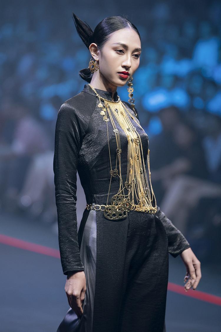 Trên nền lụa Lãnh Mỹ A đen nhánh, những thiết kế tinh xảo bằng vàng khối nguyên chất càng trở nên nổi bật, phát ánh vàng rực rỡ.