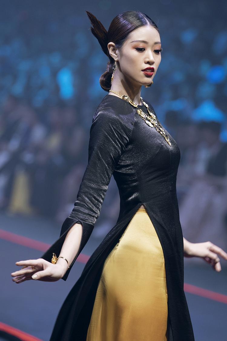 """Được biết, người phụ trách trang điểm cho Khánh Vân là chuyên viên Chánh Tính - gương mặt quen thuộc trong """"8 chuyện thời trang"""" các số makeover."""