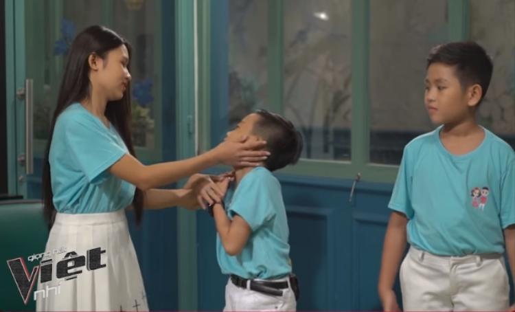 """Cậu chàng thích thú đến nỗi cao hứng trêu Thanh Vân và """"lãnh trọn""""… 1 bàn tay."""