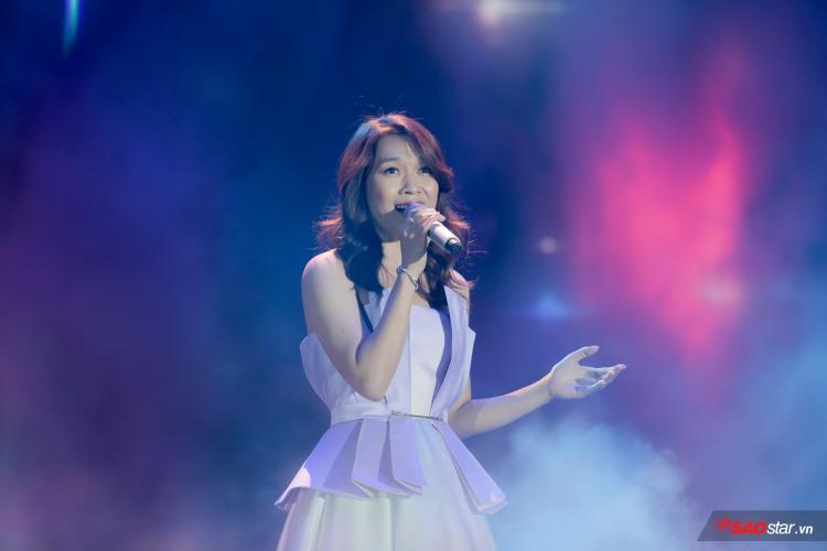 Với giọng hát đầy truyền cảm, giọng ca Họa mi tóc nâu khiến khán giả như đắm chìm vào từng giai điệu của bài hát.