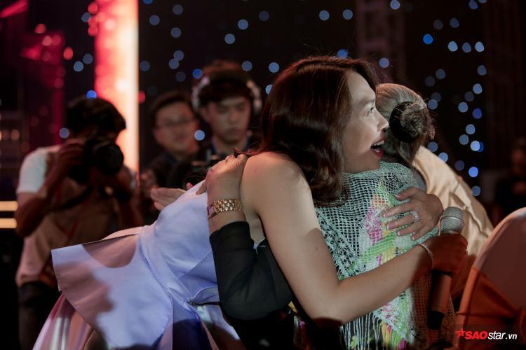 Hành động ấm áp của Mỹ Tâm trong đêm diễn: sợ nghệ sĩ Thiên Kim lạnh vì máy làm khói, cô nàng ôm chặt nữ nghệ sĩ như thế này đây.