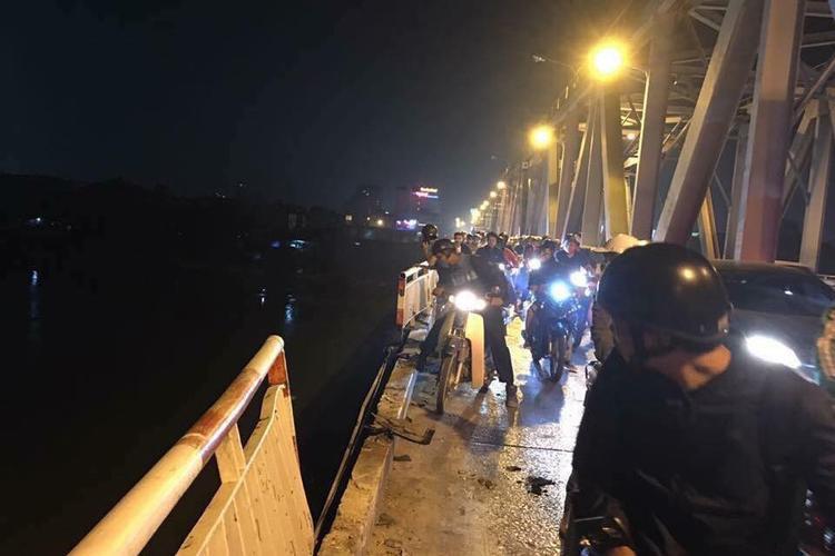 Khoảng 19h30 nhiều người đi trên cầu Chương Dương hốt hoảng khi thấy một xe ô tô đi từ phía Long Biên sang nội thành Hà Nội loạng choạng có biểu hiện mất lái đâm gãy dải phân cách lao xuống sông Hồng. Sự việc xảy ra trong sự ngỡ ngàng của người đi đường.