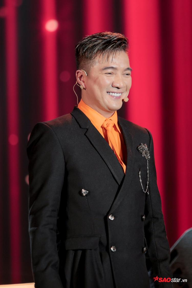 Nam ca sĩ vô cùng bảnh trong bộ vest nhưng cũng không kém phần nổi bật với chiếc áo sơ mi màu cam.