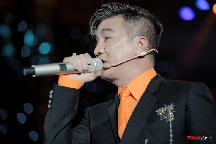 """Đêm diễn còn có sự xuất hiện của """"ông hoàng nhạc Việt"""" Đàm Vĩnh Hưng, anh gửi tặng khán giả ca khúc Phận tơ tằm với những đoạn nhấn nhá và chất giọng khàn đặc trưng không thể lẫn với ai."""