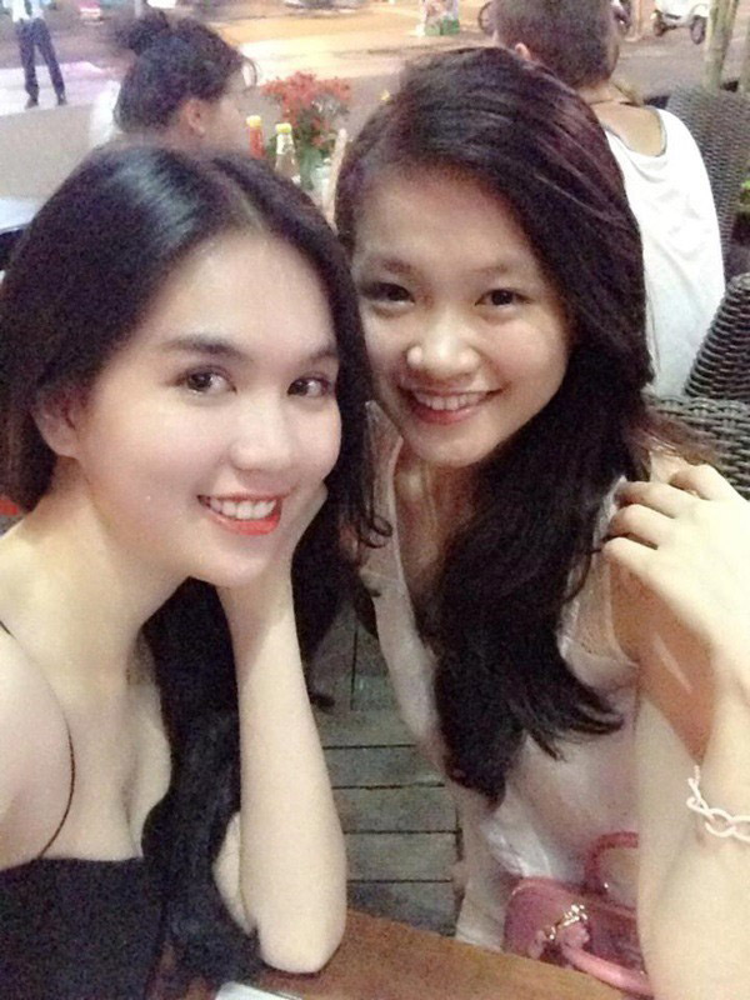 Ngọc Trinh và Hoa hậu Phương Khánh chụp selfie chung nhiều năm về trước . Có thể thấy nhan sắc Tân Hoa hậu Trái đất của thay đổi rất nhiều so với hiện tại