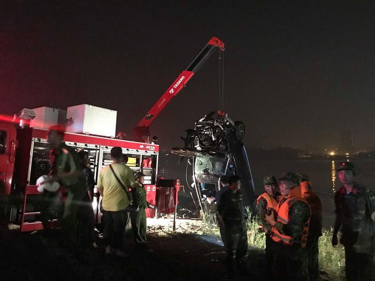 Lực lượng chức năng cứu hộ chiếc xe ô tô gặp nạn.