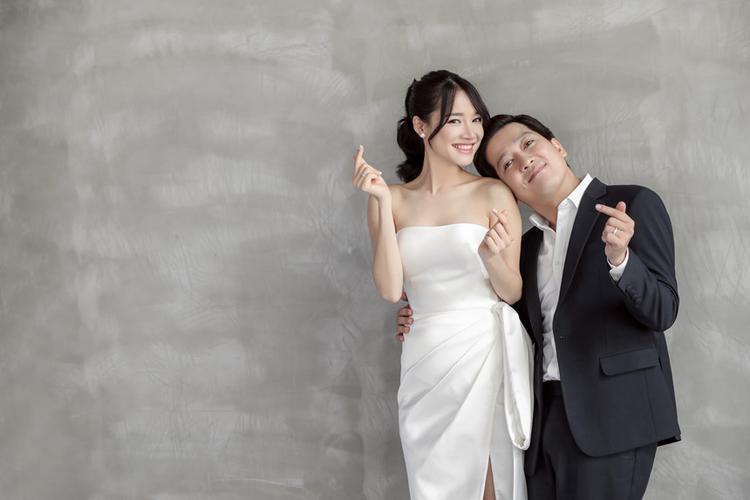 Trường Giang và Nhã Phương chăm diện đồ đôi tông-xoẹt-tông sau khi kết hôn