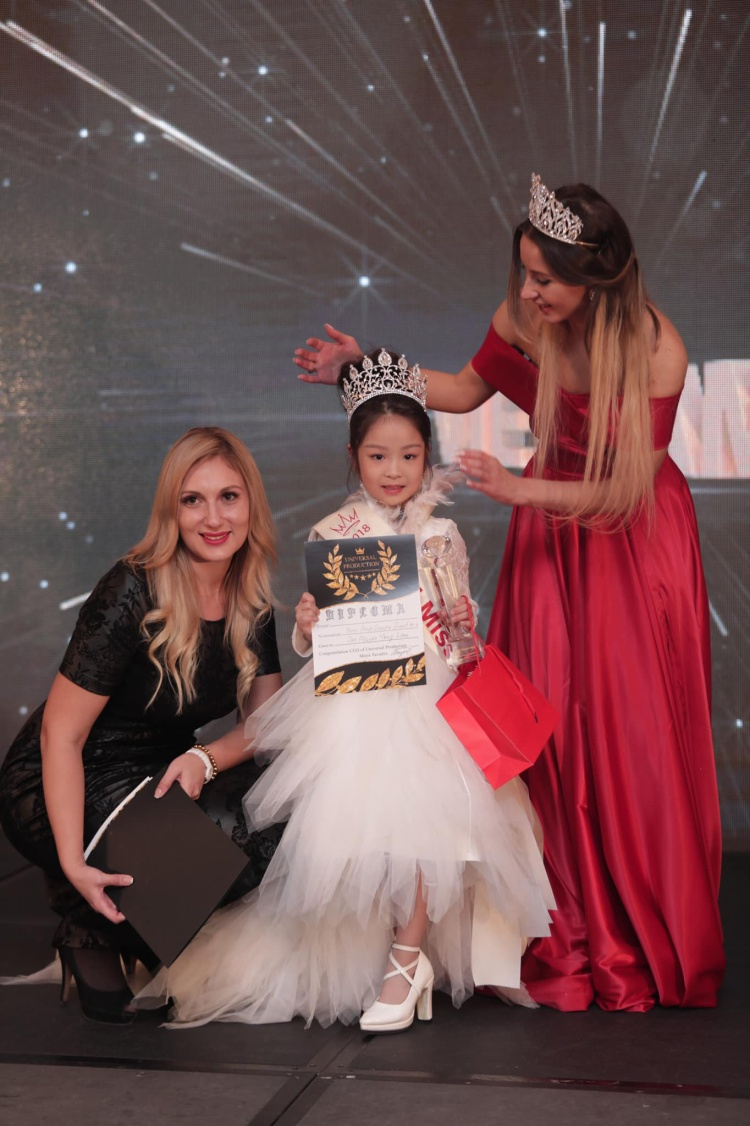 Cô bé xuất sắc vượt qua nhiều thí sinh khác để giành giải Hoa hậu nhí Á - Âu. 6 tuổi đã đăng quang ngôi Hoa hậu tầm cỡ thế giới khiến nhiều người ngỡ ngàng