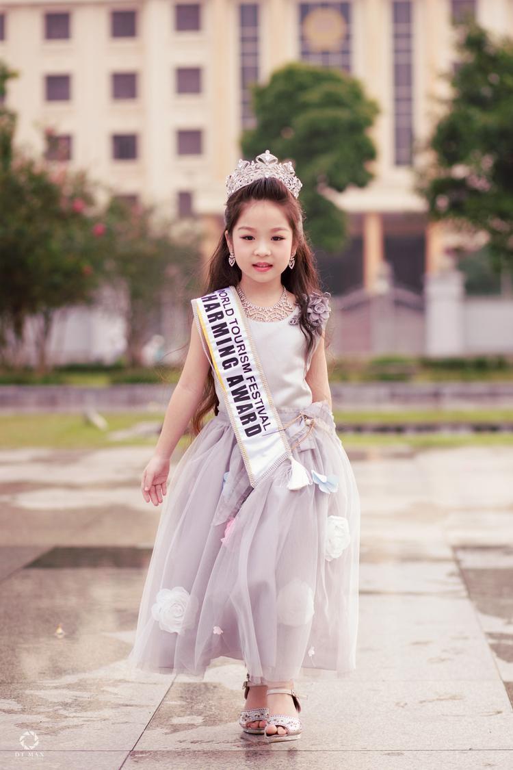 Thần thái không kém gì các Hoa hậu trưởng thành của Hồng Lam. 6 tuổi đã đăng quang ngôi Hoa hậu tầm cỡ thế giới khiến nhiều người ngỡ ngàng