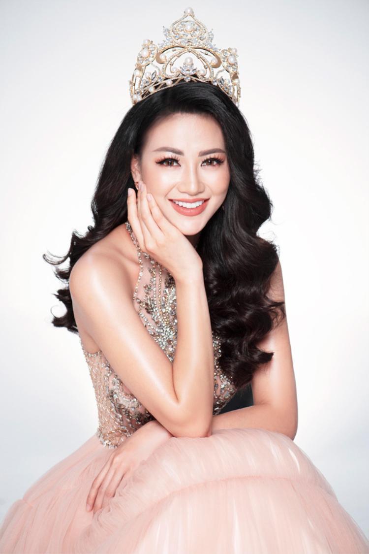 Ngôi vị Tân Hoa hậu Trái Đất 2018 của Phương Khánh minh chứng cho chân lý không có vương miện nào mà không trả giá bởi những xót xa.