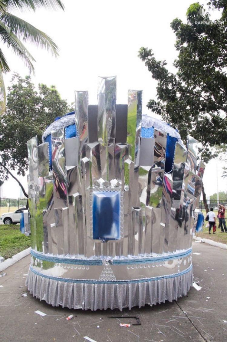Người dân còn thiết kế chiếc xe để chơi Pia với cảm hứng từ chiếc vương miện.