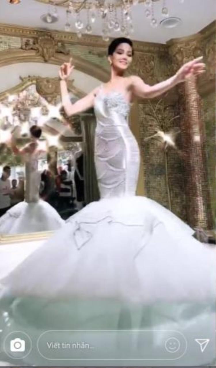 Sau màn thả thính với kiểu bộ trang phục này, đa phần khán giả cho rằng bộ cánh không hề xấu.