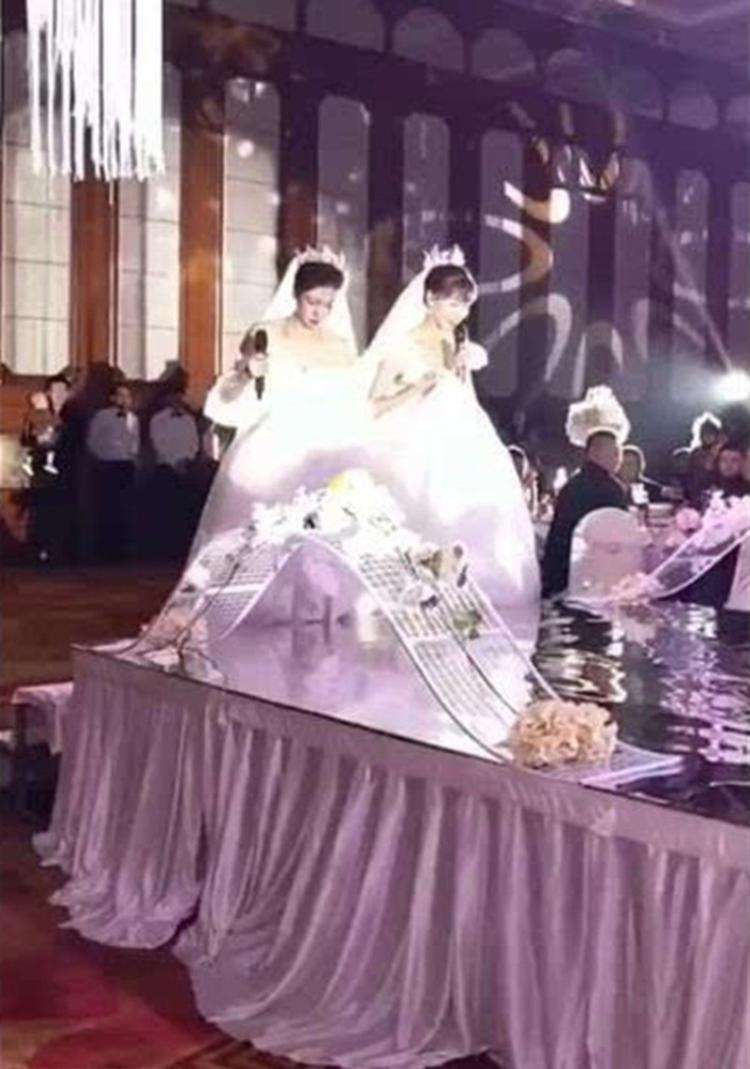 Đám cưới có 1 chú rể và 2 cô dâu cùng tiến vào lễ đường khiến quan khách 'đứng hình'
