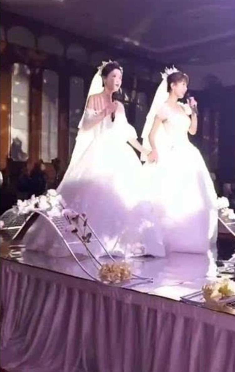 Hai cô dâu nắm tay nhau bước vào lễ đường.
