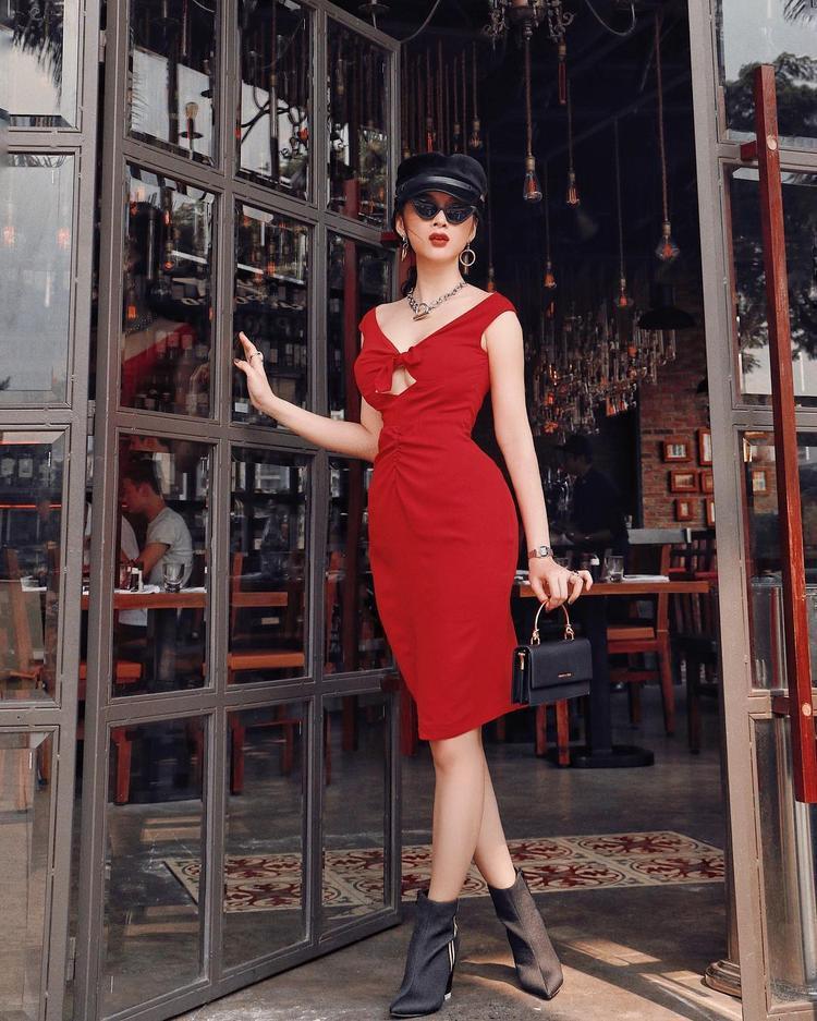 Angela Phương Trinh xuống phố trong chiếc váy đỏ ôm sát, người đẹp đem lại phong cách quý bà với túi cầm tay, son đỏ… và cả cách tạo dáng hết mực kiêu kỳ.