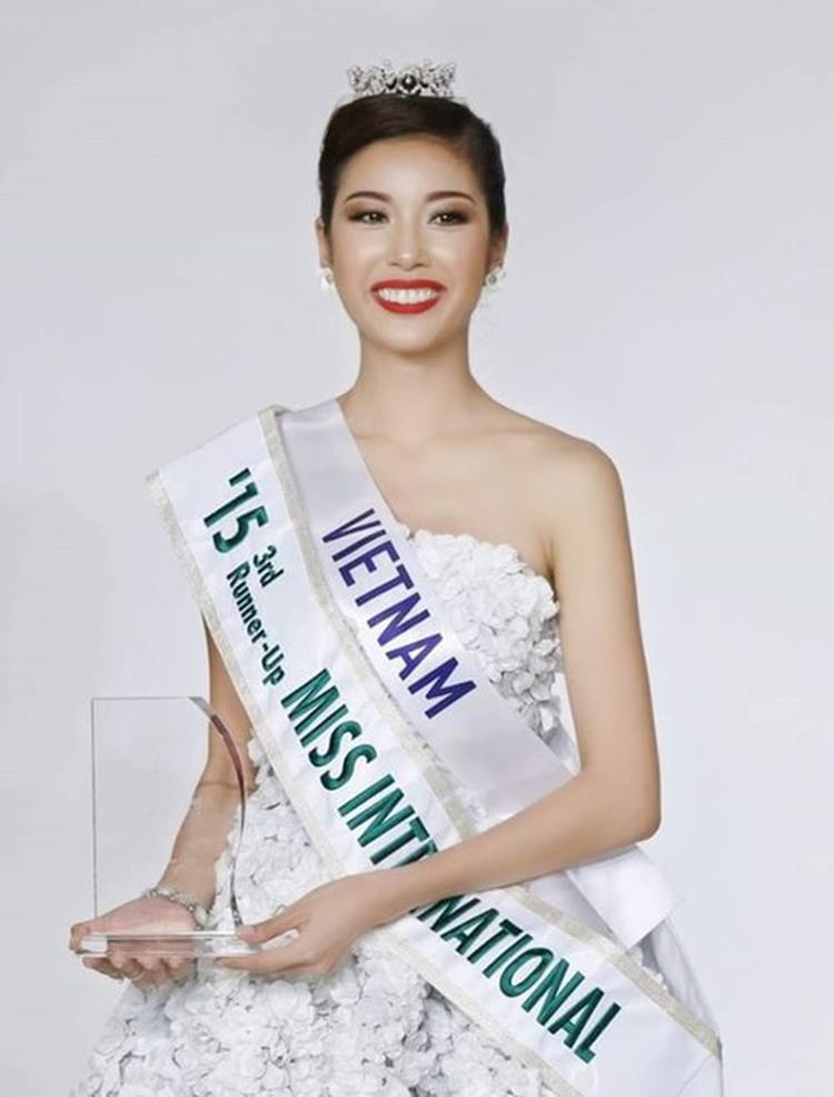 Chiếc váy hoa anh đào là điểm cộng lớn của Thúy Vân tại Miss International 2015.