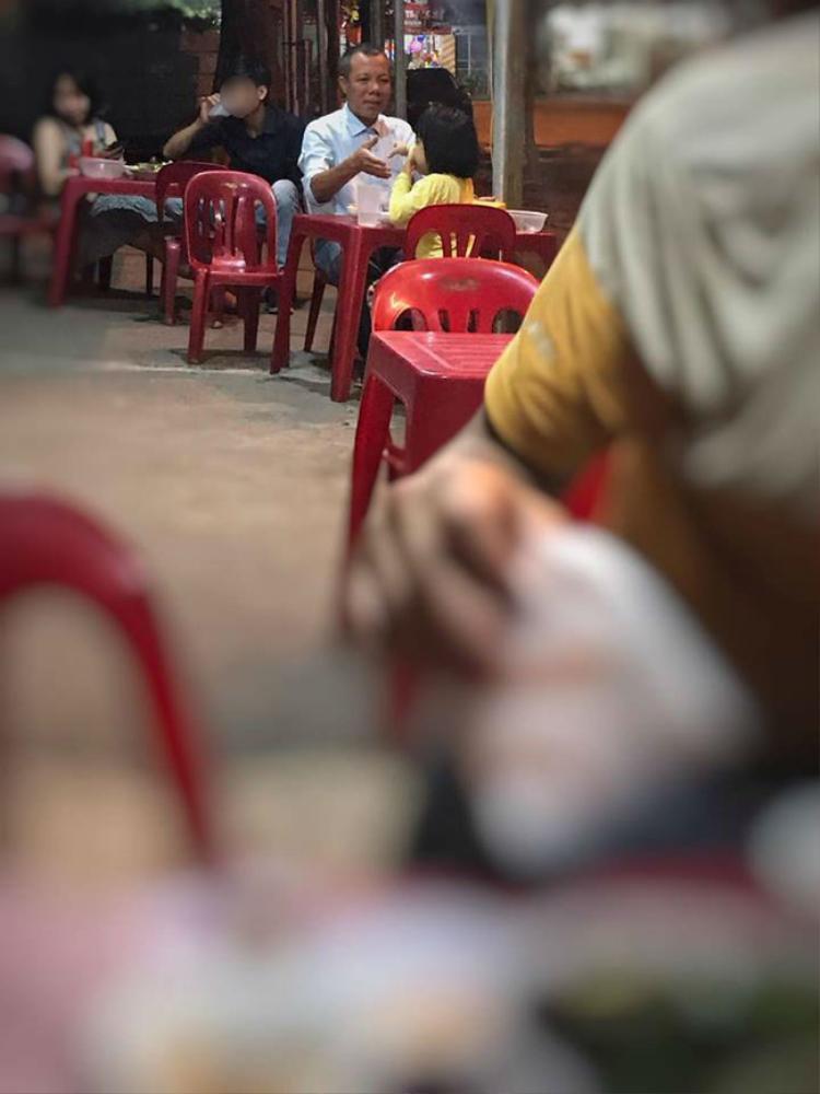 Tấm ảnh chụp bố và con gái cùng dòng tâm sự nhận được nhiều sự yêu thích. Ảnh: Facebook Câu chuyện cảm động về cuộc nói chuyện của con gái rượu và bố