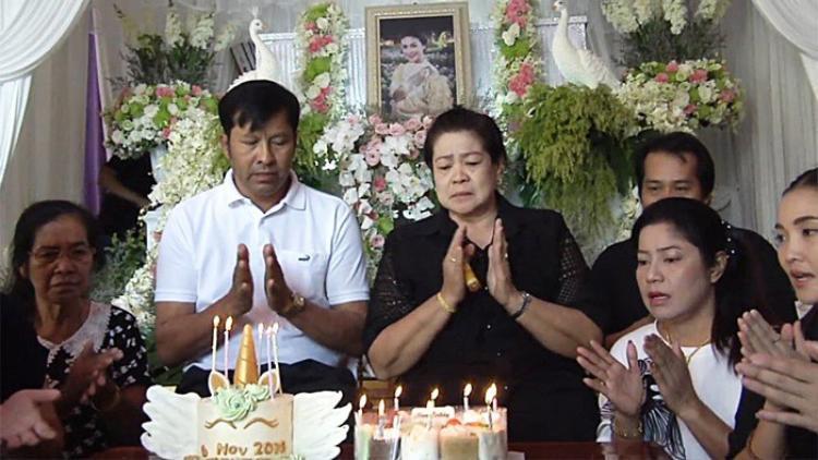 Gia đình Á hậu Thái nén đau thương để tổ chức sinh nhật lần thứ 33 cho cô. Nuốt nước mắt tổ chức sinh nhật sau 4 ngày tang lễ cho Á hậu tử nạn cùng tỉ phú Vichai