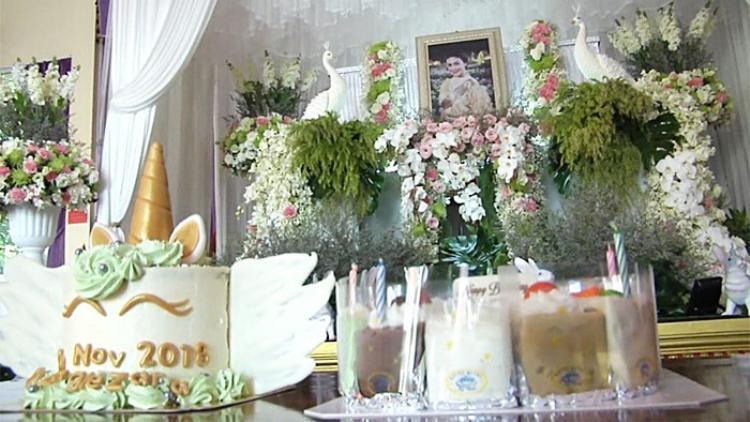 Gia đình nuốt nước mắt tổ chức sinh nhật sau 4 ngày tang lễ cho Á hậu tử nạn cùng tỉ phú Vichai Nuốt nước mắt tổ chức sinh nhật sau 4 ngày tang lễ cho Á hậu tử nạn cùng tỉ phú Vichai