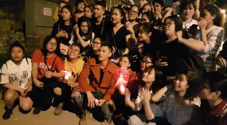 Hình ảnh anh chàng hào hứng chụp ảnh lưu niệm cùng fan.