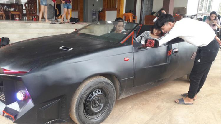 Rất nhiều bạn trẻ đã đến nhà Trung và Kiên để xem chiếc xe. Nhiều bạn còn xin được ngồi, thử lái chiếc siêu xe đặc biệt này. Cận cảnh 'siêu xe' mui trần tự chế rước dâu độc đáo của 2 anh em Hà Tĩnh