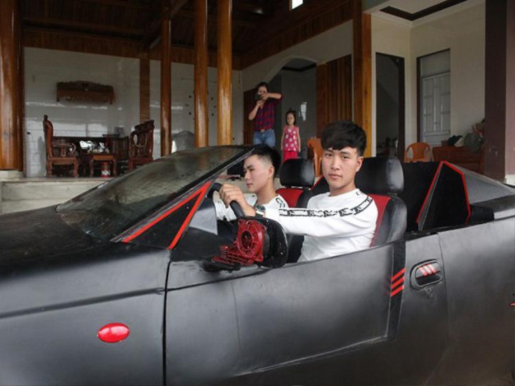 Hai anh em Trung và Kiên cho biết, trong tương lai có thể độ tiếp những dòng xe khác để thỏa mãn niềm đam mê của mình. Cận cảnh 'siêu xe' mui trần tự chế rước dâu độc đáo của 2 anh em Hà Tĩnh