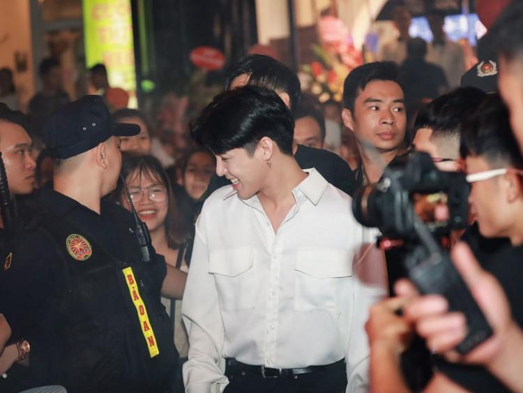 Noo Phước Thịnh trong vòng vây của hàng nghìn khán giả thủ đô.