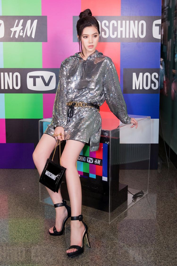 Chiếc túi theo hình tượng bao cao su cùng áo hoodie sequin đã đem lại sự nổi bật cho Jolie Nguyễn.
