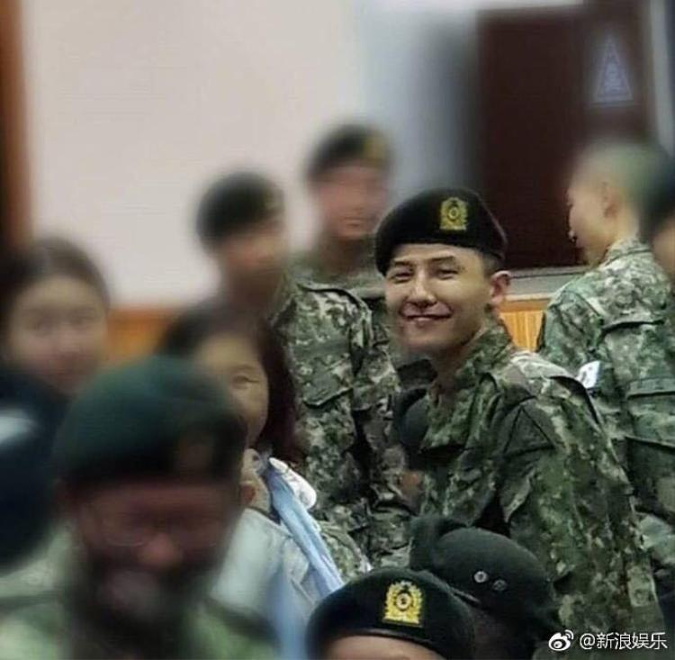 Dù đang thực hiện nghĩa vụ quân sự nhưng G-Dragon vẫn gọi điện đểxin chữ ký TWICE!