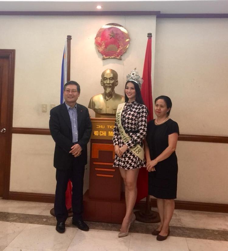 Trong ngày thứ tư trên cương vị Hoa hậu Trái đất, Phương Khánh vinh dự được tới thăm Đại sứ quán Việt Nam tại Philippines.