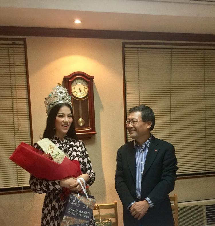 Tân Hoa hậu nổi bật với trang phục nhã nhặn, kín đáo. Cô liên tục nhận nhiều lẵng hoa cùng lời chúc mừng từ đại diện Đại sứ quán.