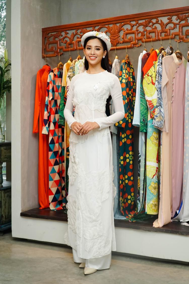 Đảm nhận dòng trang phục truyền thống, mang đậm hơi thở Á Đông là NTK Thủy Nguyễn.