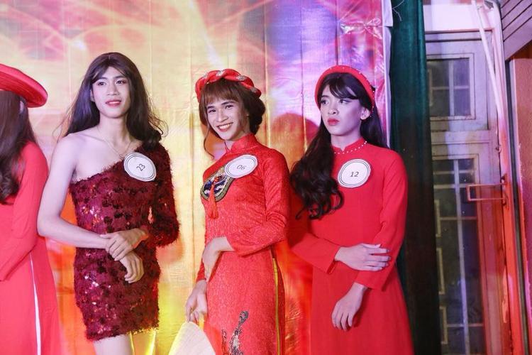 Trần Thế Cường (ngoài cùng bên trái) xuất hiện trong đêm chung kết Miss nam sinh ĐH Kiến trúc Đà Nẵng với phong cách nóng bỏng.