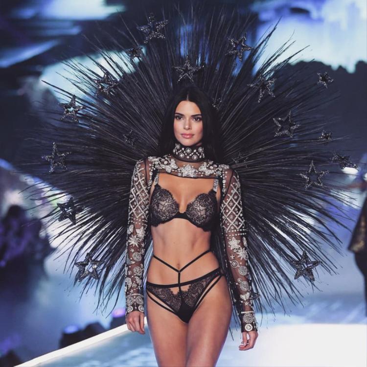 Tái xuất VSFS sau một năm vắng bóng, Kendall Jenner trình diễn thiết kế hết sức tinh xảo trong BST Celestial Angels. Thân hình tuyệt mỹ của cô khiến ai cũng ngạt thở