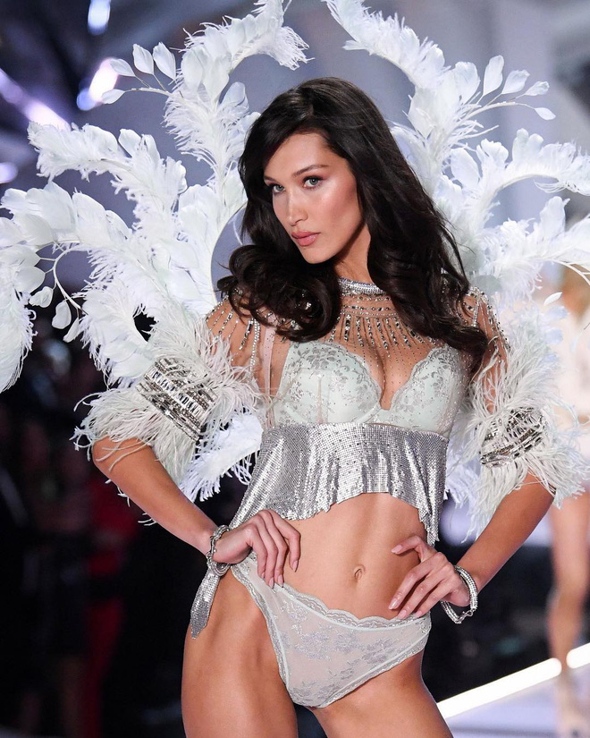Bella Hadid trong BST Flights of Fantasy