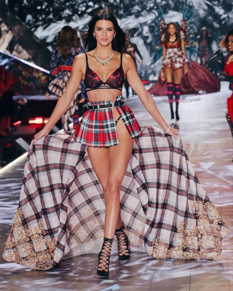 Kendall trong thiết kế khác thuộc BST Glam Royal lấy cảm hứng từ nước Anh.