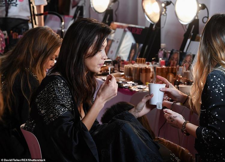 Victorias Secret Fashion Show 2018: Dàn thiên thần tinh nghịch kéo áo khoe vòng 3 siêu gợi cảm