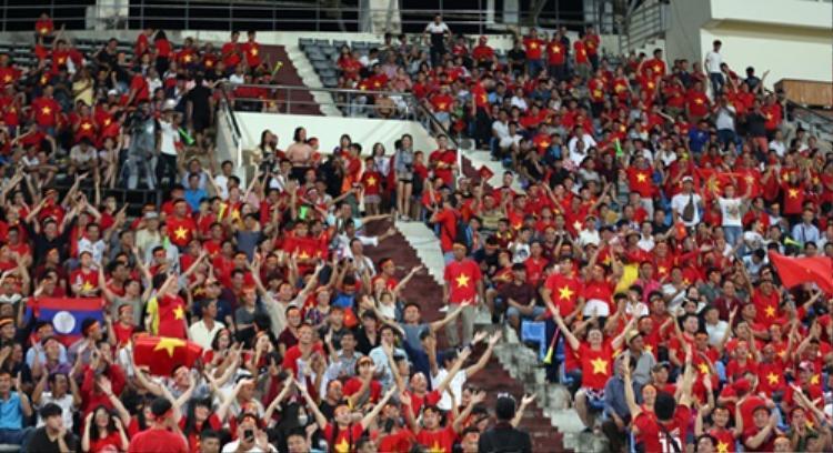 Hàng nghìn CĐV đã tới SVĐQG Lào cổ vũ cho ĐT Việt Nam