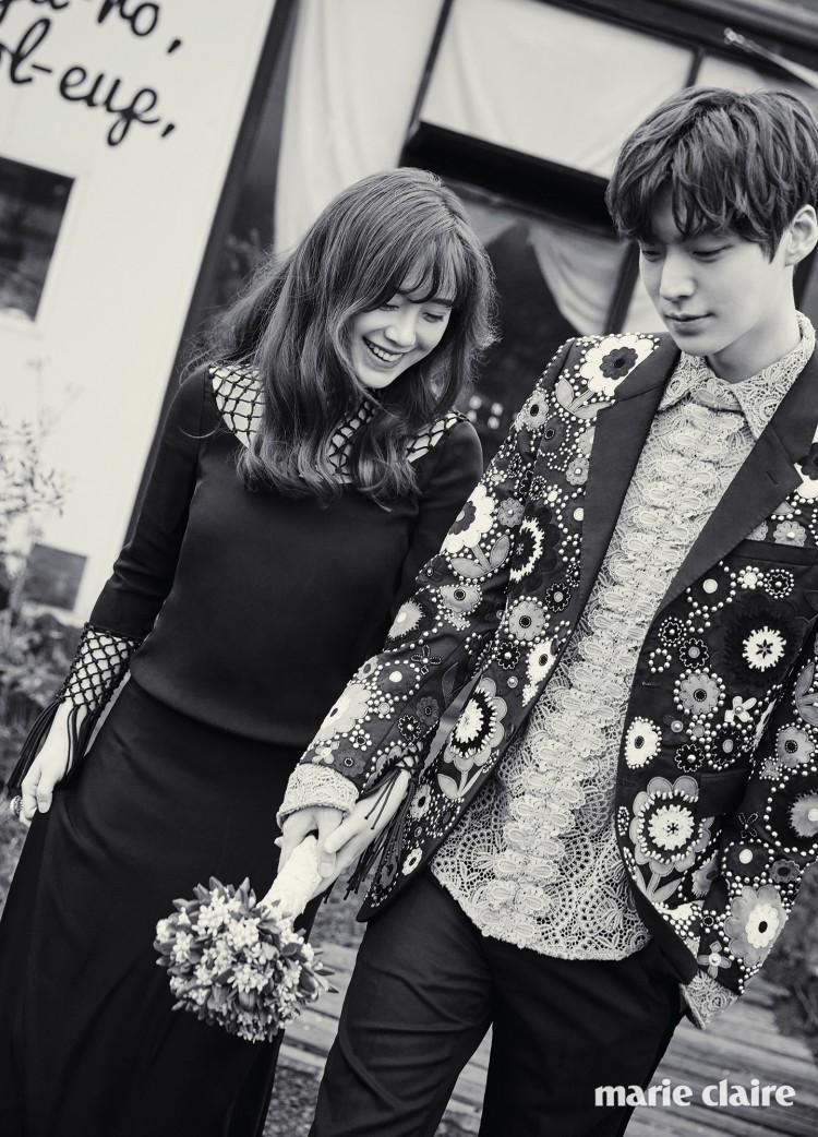 Không chỉ chúc sinh nhật tuổi 34 của Goo Hye Sun, Ahn Jae Hyun còn ngọt ngào tặng hoa hồng và bánh kem