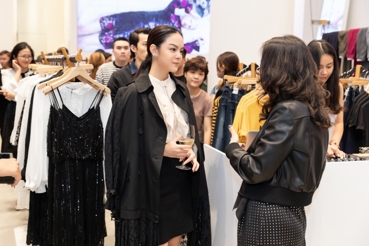 Vẻ đẹp ngày càng nhuận sắc và gu thời trang tinh tế của nữ ca sỹ thu hút loạt ống kính của phóng viên và fan hâm mộ.