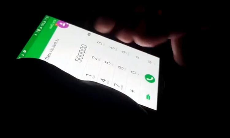 Người tài xế xích lô gõ số tiền mà du khách Hàn phải trả. Ảnh cắt từ clip