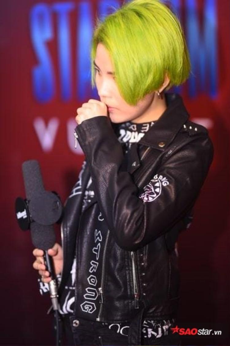 Cận cảnh mái tóc màu xanh neon của Vũ Cát Tường.