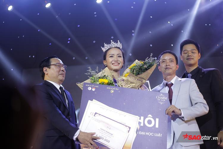 Trả lời câu hỏi về phụ nữ 3 N quá xuất sắc, nữ sinh Ninh Bình đăng quang hoa khôi ĐH Luật