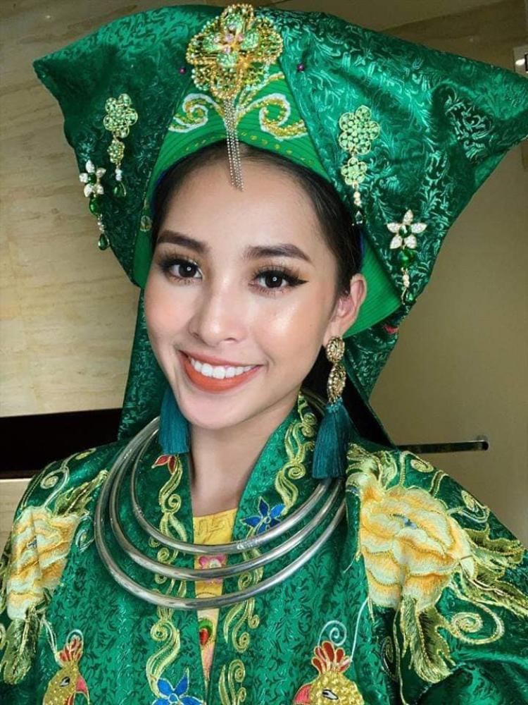 """Với bộ trang phục mang đậm bản sắc văn hóa Việt, Tiểu Vy trình diễn trên nền nhạc bài hát """"Cô đôi thượng ngàn"""" của nhạc sĩ Châu Văn."""