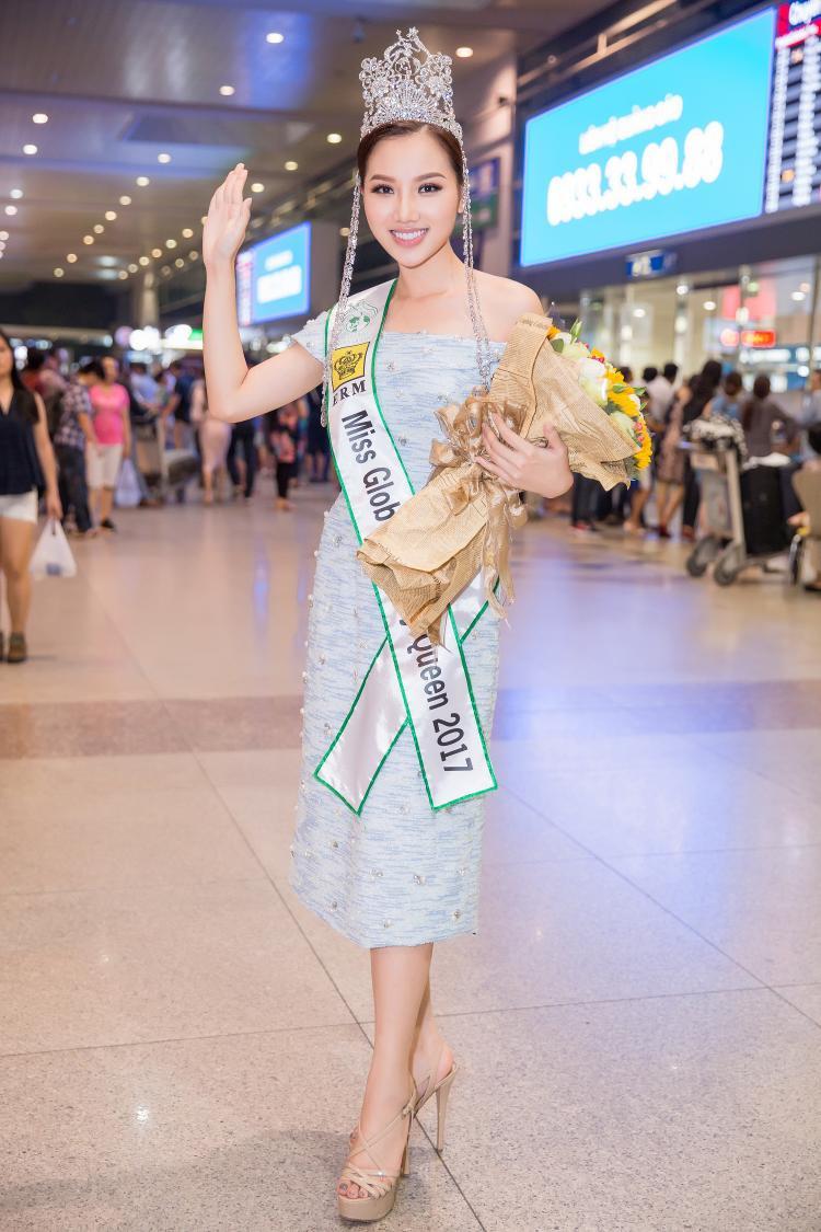 Hoàng Thu Thảo đã giật cú đúp back to back khi mang về cho Việt Nam chiếc vương miện tại Nữ hoàng sắc đẹp toàn cầu 2017 - cuộc thi mà Ngọc Duyên đăng quang 2016.
