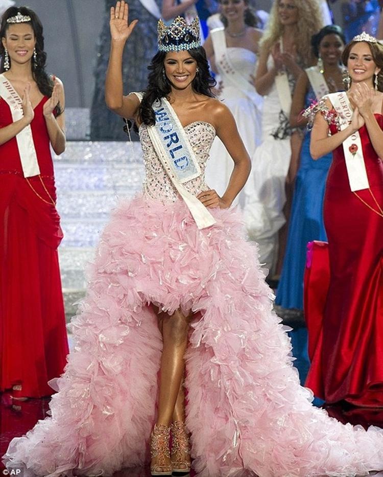 """Đại diện đến từ Venezuela tại Miss World 2011 khoác trên người bộ cánh màu hồng baby ngọt ngào như hổ mọc thêm cánh khiến """"Ivian Sarcos đẹp đến nỗi dù Venezuela đã 5 lần đoạt ngôi Hoa hậu Thế giới thì dẫu có không muốn, người ta vẫn phải trao vương miện thứ sáu cho cô"""". Mang cả vườn hồng đến Miss World – Chiến lược vô cùng cao tay của Tiểu Vy"""